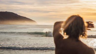 Surf au couché de soleil