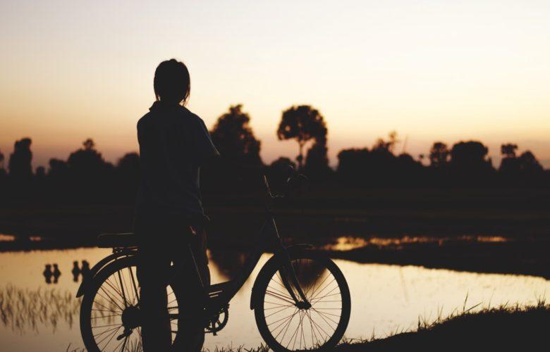 Balade en vélo au couché de soleil au lac