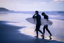 Coach de surf avec son apprenti